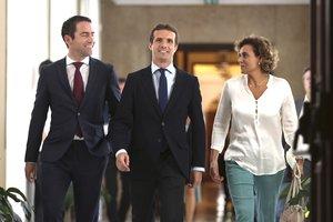 El presidente del PP, Pablo Casado, junto a Teodoro García Egea y Dolors Montserrat.