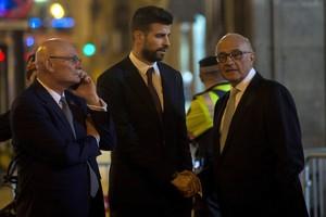 Gerard Piqué (c) saluda al presidente del Banco de Sabadell, Josep Oliu (d), en presencia del CEO y consejero delegado del GSMA, John Hoffman (i) tras la cena de bienvenida al Mobile World Congress (MWC).