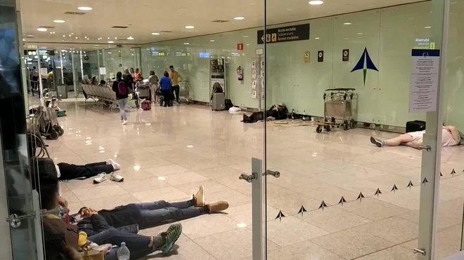 Centenares de personas pasan noche en el aeropuerto del Prat tras el bloqueo y cancelaciones.