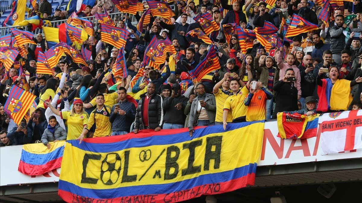 Cientos de fans colombianos en la grada del Camp Nou en la presentación de Yerri Mina.