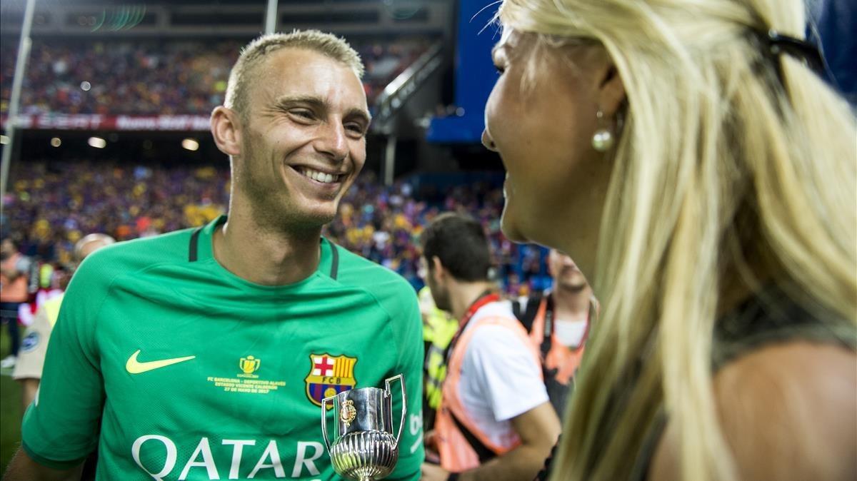 Cillessen, con su mujer, el día que ganó la Copa del Rey.