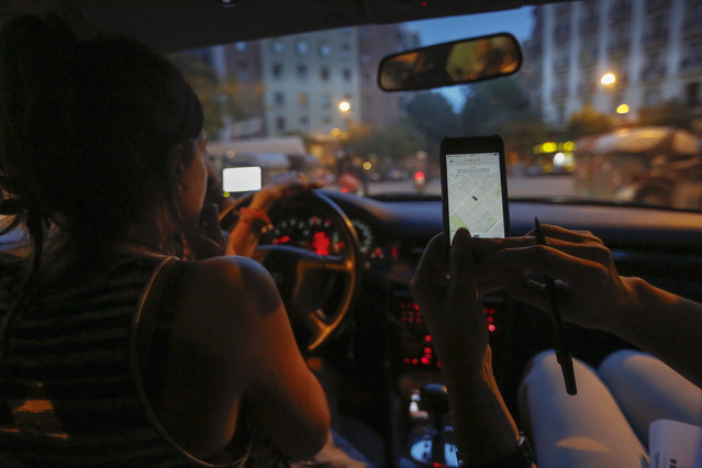 Un coche particular trabaja como taxi en Barcelona a través de la aplicación Uber, en junio del 2014 antes de que Uber suspendiese el servicio.