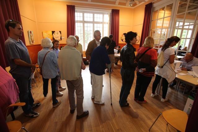 Cola de ciudadanos para depositar su voto, en el casal de Sarrià.
