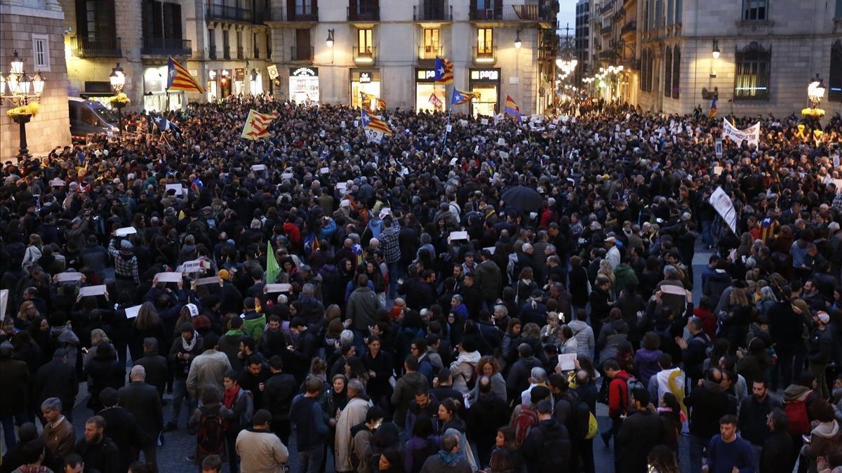 Concentración de apoyo a los CDR, en la plaza Sant Jaume de Barcelona, este martes.