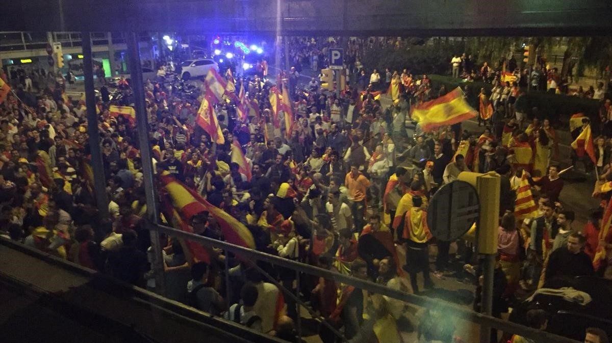 La concentración delante de Catalunya Ràdio.