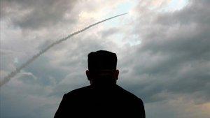 Kim Jong un observa el lanzamient de los misiles de corto alcance.