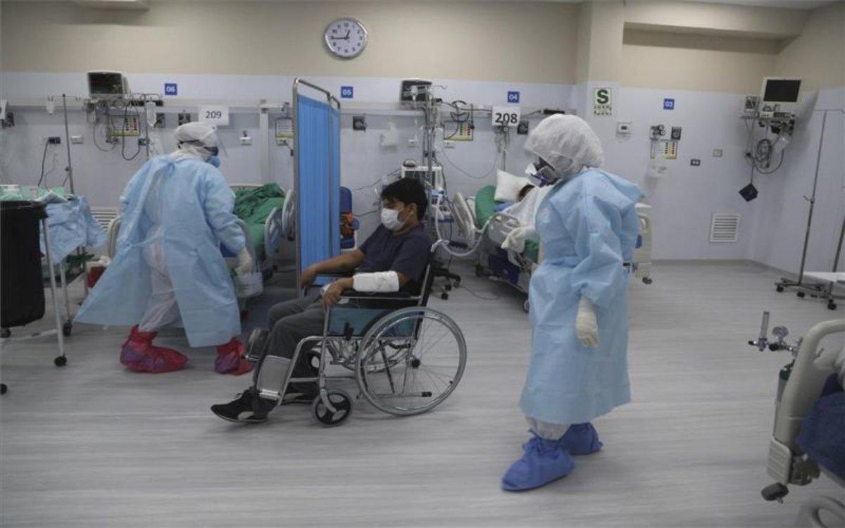Enfermos de COVID-19 en un hospital de Perú.