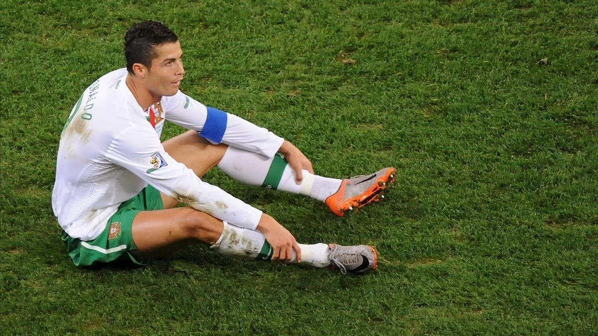 Cristiano Ronaldo se queja en el suelo después de una jugada del España-Portugal de octavos de final del Mundial de Sudáfrica 2010.