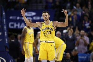 Stephen Curry celebra con el público una de sus jugadas.