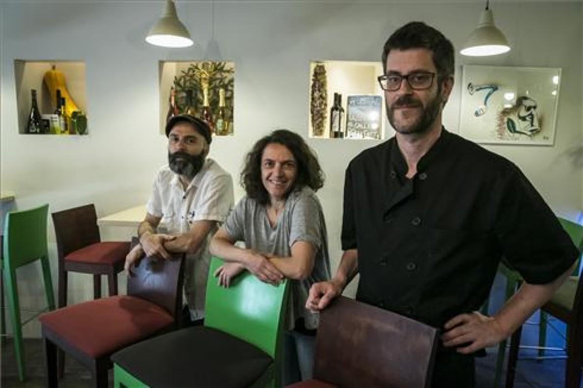Daniele Rossi, Chiara Bombardi y el cocinero John Wearne, en Rasoterra. Foto: Joan Puig