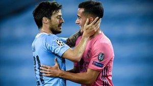 David Silva (izquierda, Manchester City) y Lucas Vázquez (derecha, Real Madrid), se saludan tras el partido de Champions del viernes.