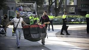 Desalojo de la acampada de sintecho este miércoles en la plaza de Catalunya.