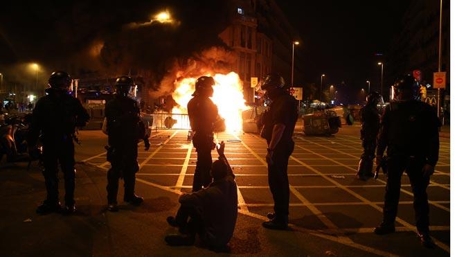 La manifestación convocada ante la Generalitat termina con quema de contenedores y enfrentamientos con los Mossos.