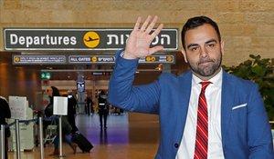 El director de Human Rights Watch para Israel y Palestina, Omar Shakir, poco antes de tomar un vuelo en el aeropuertode Ben Gurion tras ser expulsado por el Gobierno de Israel.