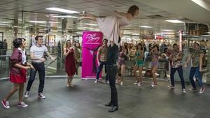 Eva Conde y Oriol Anglada en la famosa escena de Dirty Dancing en el vestíbulode Rodalies de Plaza Catalunya.
