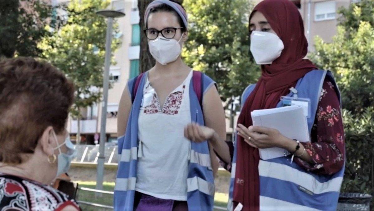 Dos agentes de convivencia encargadas de la campaña de sensibilización por la covid-19.