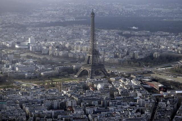 Un drone sobrevuela la Torre Eiffel de París