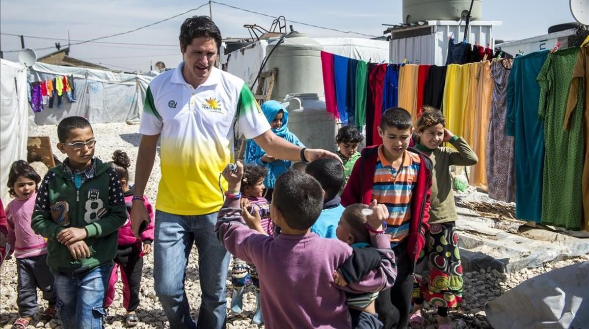 Edmilson, con unos niños en el campo de refugiados de Al Hariryeh, en Líbano.