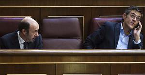 Eduardo Madina parla per telèfon, al costat d'Alfredo Pérez Rubalcaba, dijous al Congrés.