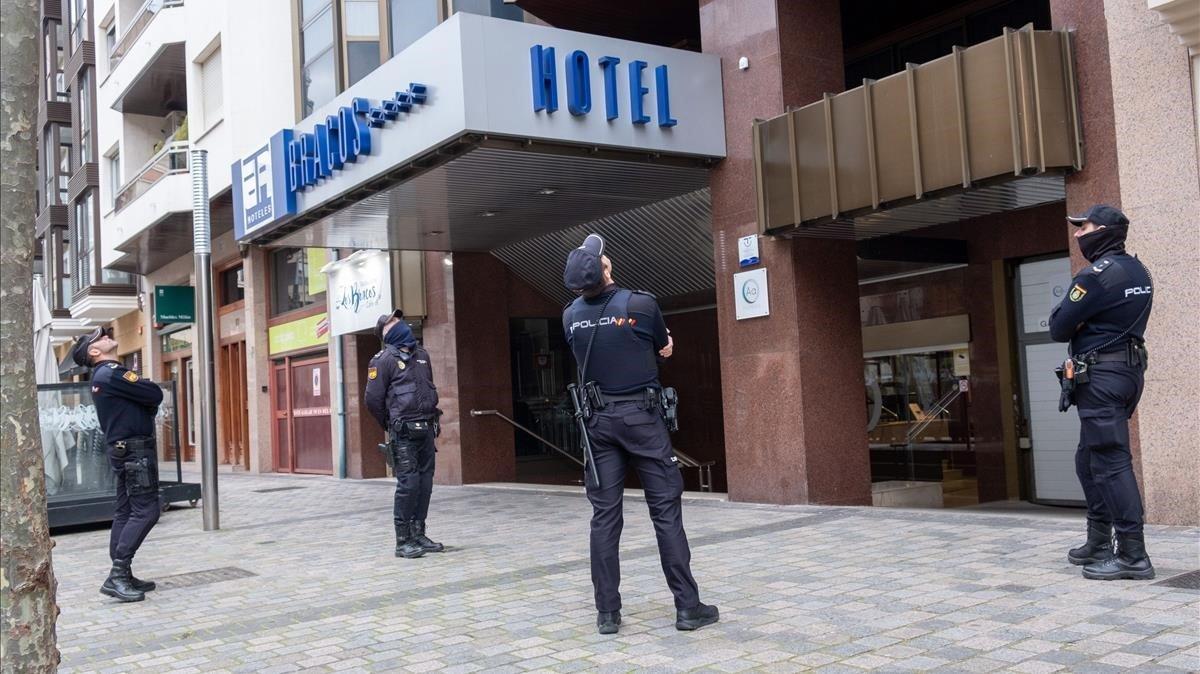 Varios policías observan el techo del hotel de Logroño La Rioja este lunes donde ha aparecido muerta una niña de 5 años sin que en principio presente signos externos de violencia.