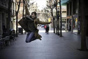 Enric Cambray salta en la calle de Rogent, la rambla del Clot.