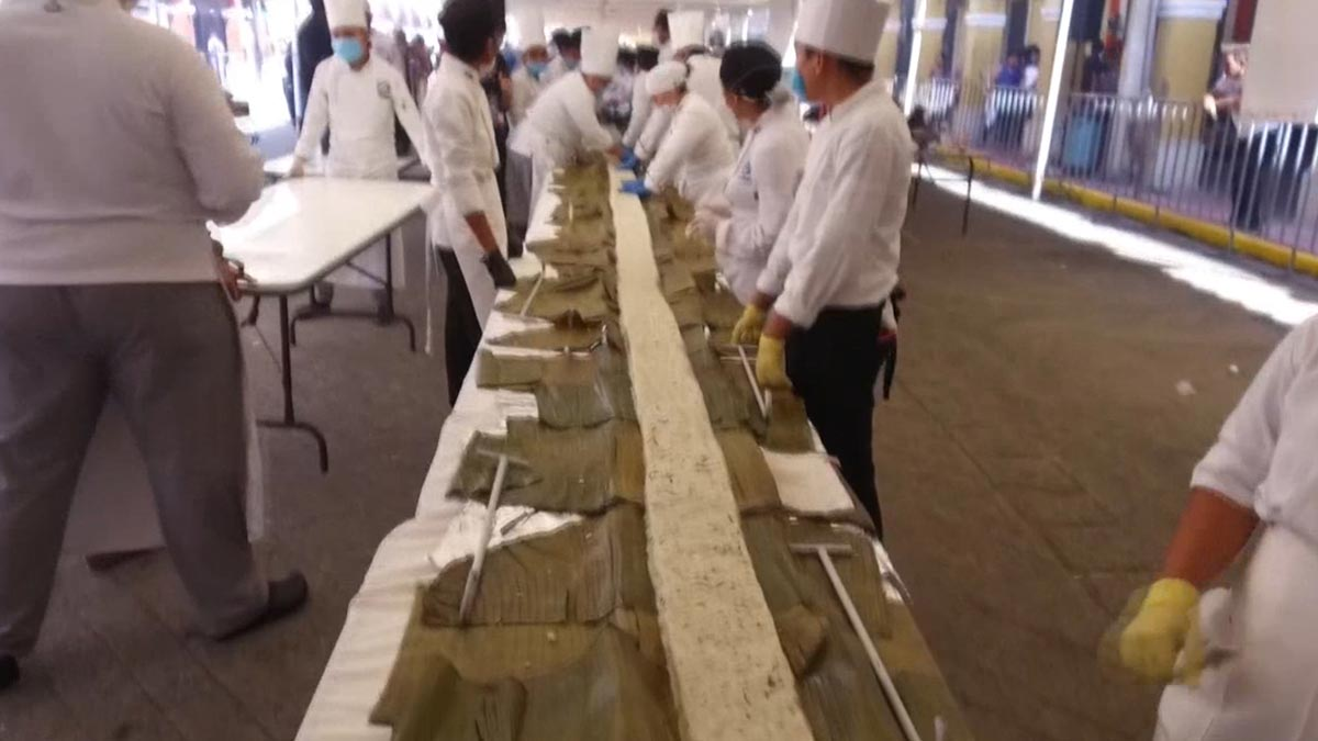 El estado mexicano de Tabasco logra el Guinness con la empanada de maízmás largadel mundo.