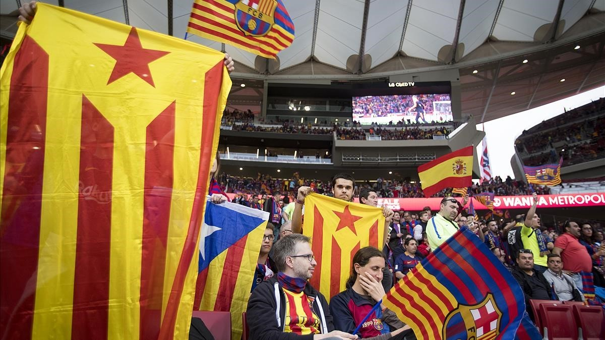 'Estelades', 'senyeres' y una bandera españolaen la grada del Barça en el Wanda.