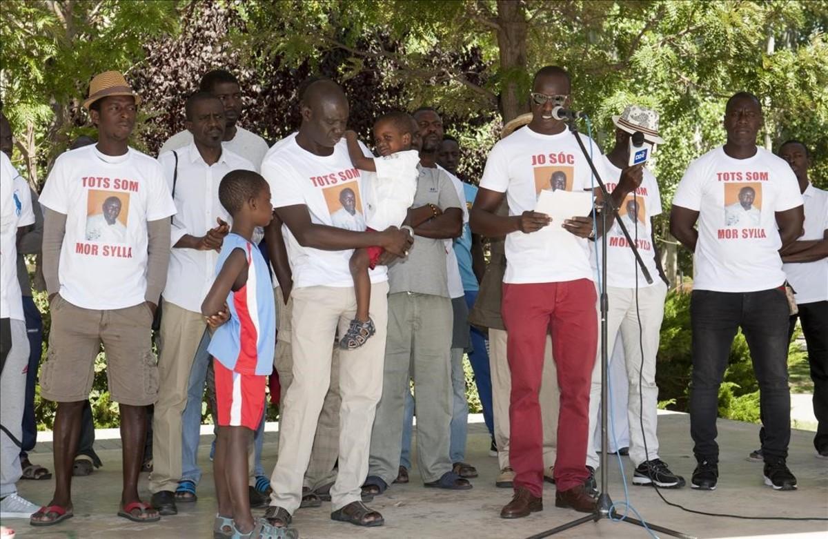 Familiares y amigos rinden homenaje a Mor Sylla en Salou, en el primer aniversario de su muerte.
