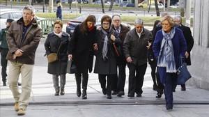Familiares de las víctimas del Yak-42 llegan a Defensa, el pasado 10 de enero, para reunirse con la ministra María Dolores de Cospedal.