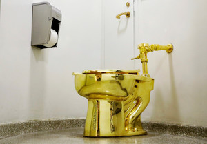 FILE PHOTO: Maurizio Cattelanâ¿¿s â¿¿America,â¿¿ a fully functional solid gold toilet is seen at The Guggenheim Museum in New York City, U.S., August 30, 2017. REUTERS/Brendan McDermid/File Photo NO RESALES. NO ARCHIVE.