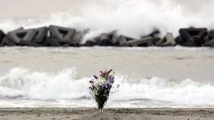 Flores en la orilla de la playa en Arahama (Japón) para recordar a las víctimas del terremoto y posterior tsunami que devastó la isla en el 2011.