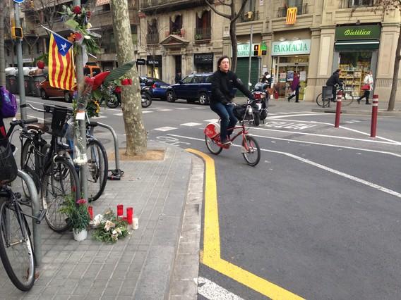 Flores, velas y una 'estelada' en el lugar donde atropellaron a Muriel Casals, esta mañana, en la confluencia entre las calles Urgell y Provença.