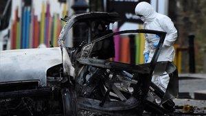 Un forense inspecciona la zona donde ha explotado el coche bomba en Londonderry,