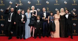 Foto de familia del elenco de Juego de Tronos, en la ceremonia de los Emmy.