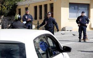 La policía en Francia impide el tránsito de personas por el coronavirus.