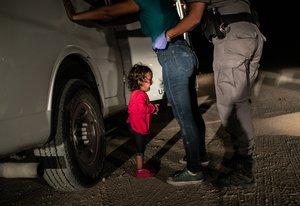 EPA3031. MCALLEN (ESTADOS UNIDOS), 11/04/2019.- Fotografía tomada por John Moore el 12 de junio de 2018, y cedida por la organización World Press Photo (WPP), que muestra a una solicitante de asilo hondureña de dos años que llora mientras su madre es registrada y detenida cerca de la frontera con México, en McAllen, en Texas (EE. UU.). Habían atravesado el río Grande desde México y habían sido detenidos por agentes de la Patrulla Fronteriza de los Estados Unidos antes de ser enviados a un centro de procesamiento. La semana siguiente la administración de Trump, bajo la presión del público y de los legisladores, puso fin a su política de separar a niños inmigrantes de sus padres en la frontera entre Estados Unidos y México. Aunque la niña y su madre permanecieron juntas, fueron enviadas a una serie de centros de detención antes de ser liberadas semanas más tarde, en espera de una futura audiencia de asilo. La fotografía ganó el 11 de abril de 2019 el premio a fotografía del año en el con