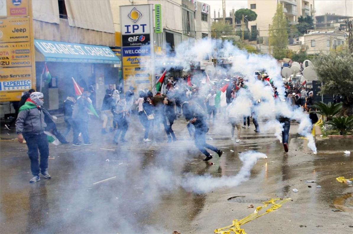 Gases lacrimógenos tras una protesta frente a la embajada de Estados Unidos en Beirut, Líbano.