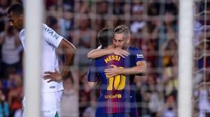 Gerard Deulofeu recibe la felicitación deLeo Messi por el gol marcado al Chapecoense en el Gamper.