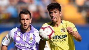 Gerard Moreno persigue un balón junto al Kiko Olivas en el Villarreal-Valladolid.