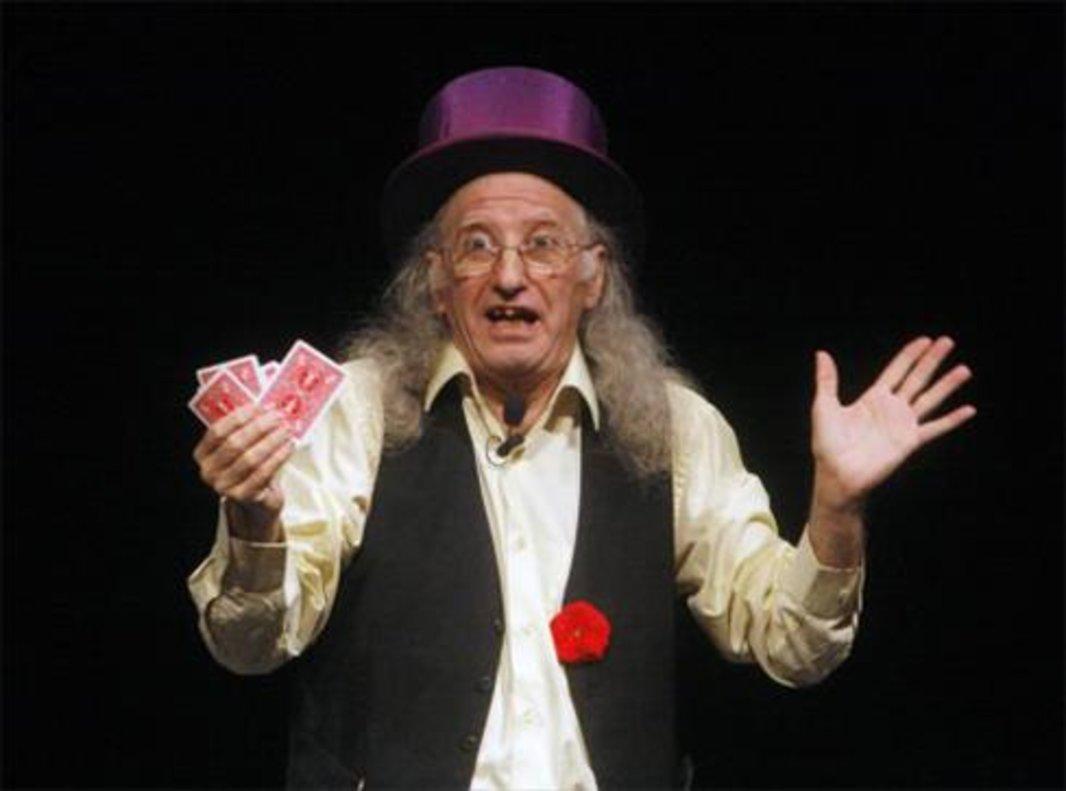 El divertido mago Juan Tamariz, en plena acción.