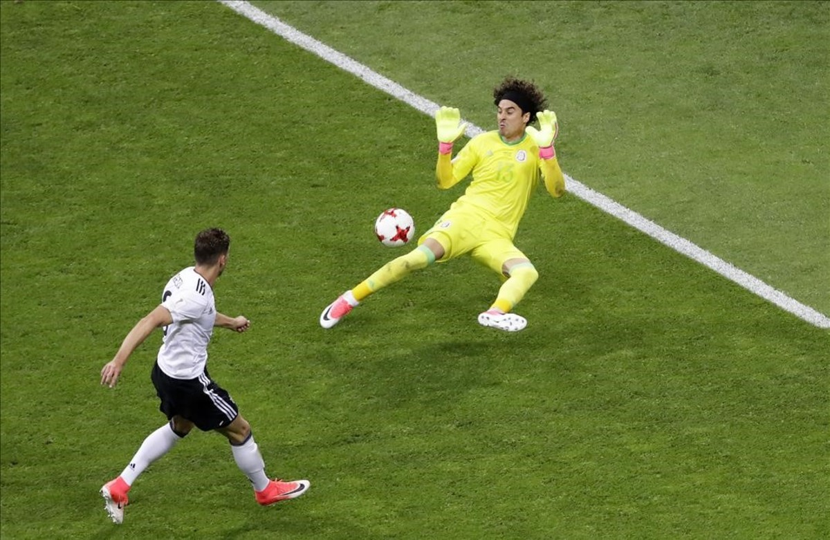 Goretzka supera a Ochoa y marca el segundo gol de Alemania.