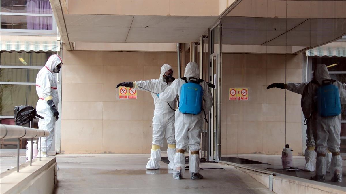 Un grupo de trabajadores de una empresa de desinfección llega a una residencia.
