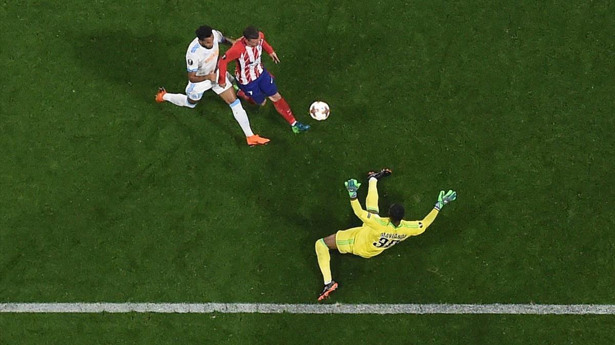 Griezmann, con un sutil toque, esquiva la salida de Mandanda para marcar el 0-2.