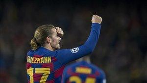 Griezmann mira a la grada tras el gol que marcó al Dortmund en el Camp Nou.