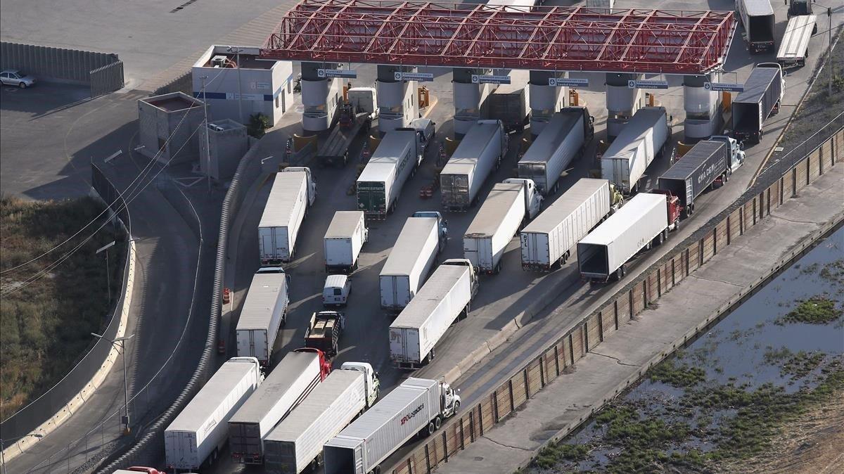Un grupo de camiones esperasu turno para entrar en territorio de Estados Unidos desde México.