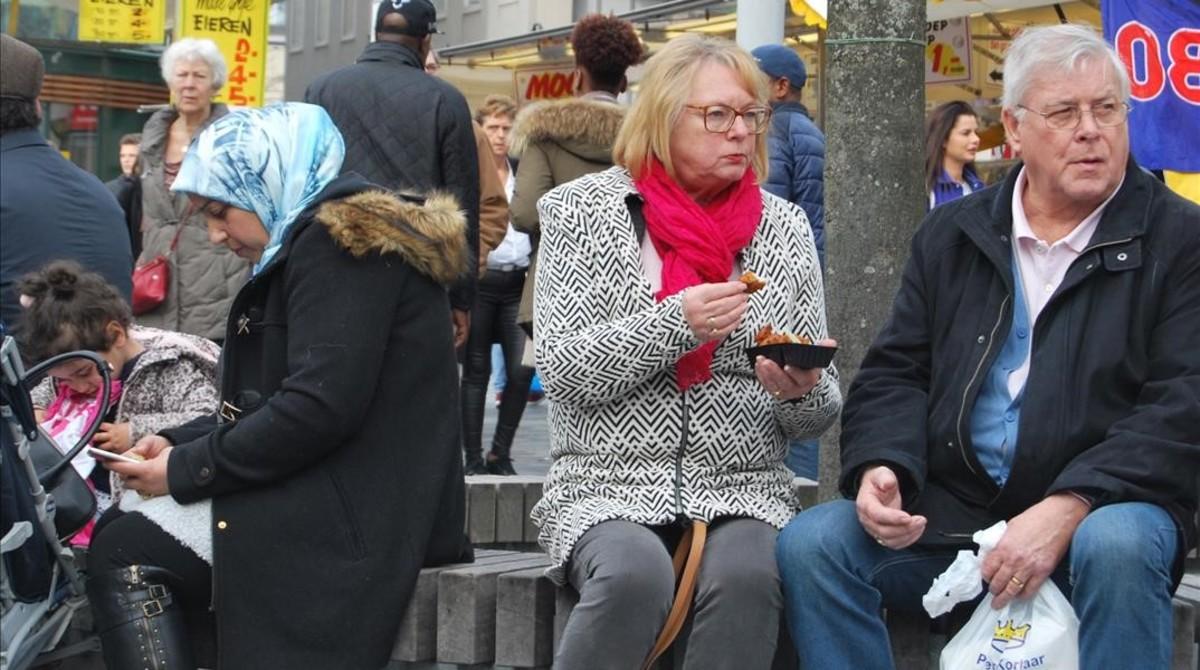 Habitantes de la multicultural Almere, sentados en un banco.