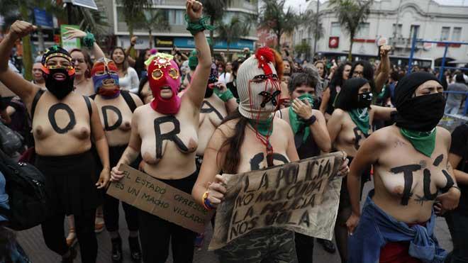 El himno feminista 'Un violador en tu camino' se escucha también en Perú.