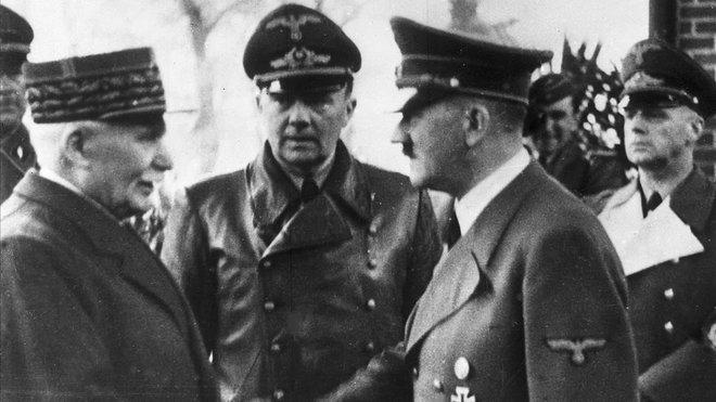 Hitler estrecha la mano del mariscal Phillipe Petain en octubre de 1940 en la Francia ocupada.