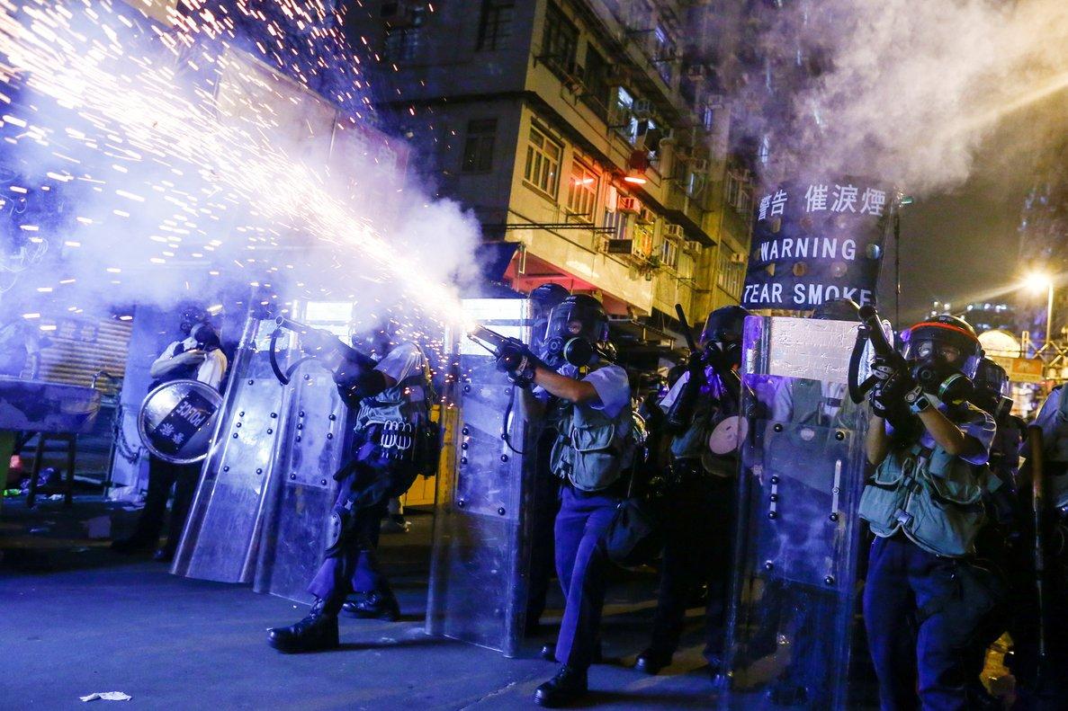 La policía de Hong Kong lanza gases lacrimógenos a los manifestantes.