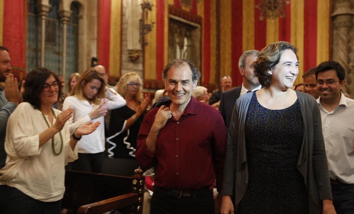 El escritor Javier Pérez Andújar y la alcaldesa Ada Colau entran en el Saló de Cent.
